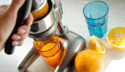 hand-press-juicer-with-orange-juice